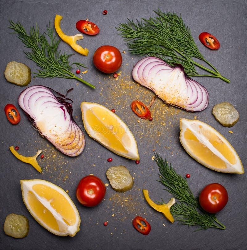 Kryddar örter, och grönsaker ställer in kritiserar på brädet Ingred färgrikt royaltyfri bild