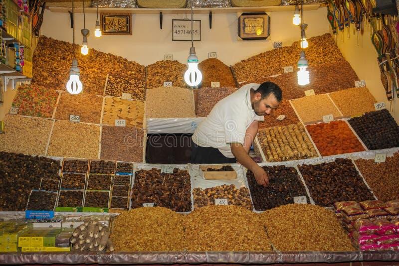 Kryddar säljaren på Souken marrakesh morocco royaltyfri fotografi