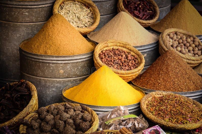 Kryddar till salu på Souk marrakesh morocco arkivfoto