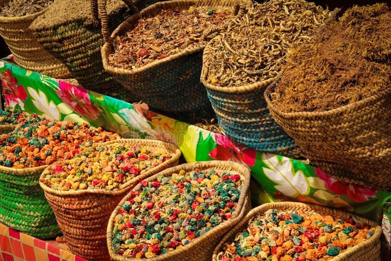 Kryddar till salu på Souk marrakesh morocco royaltyfria foton