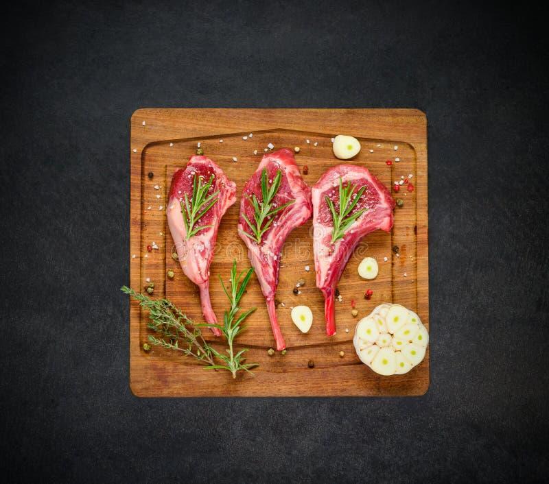 Kryddat lamm Rib Chops på träbräde arkivfoto