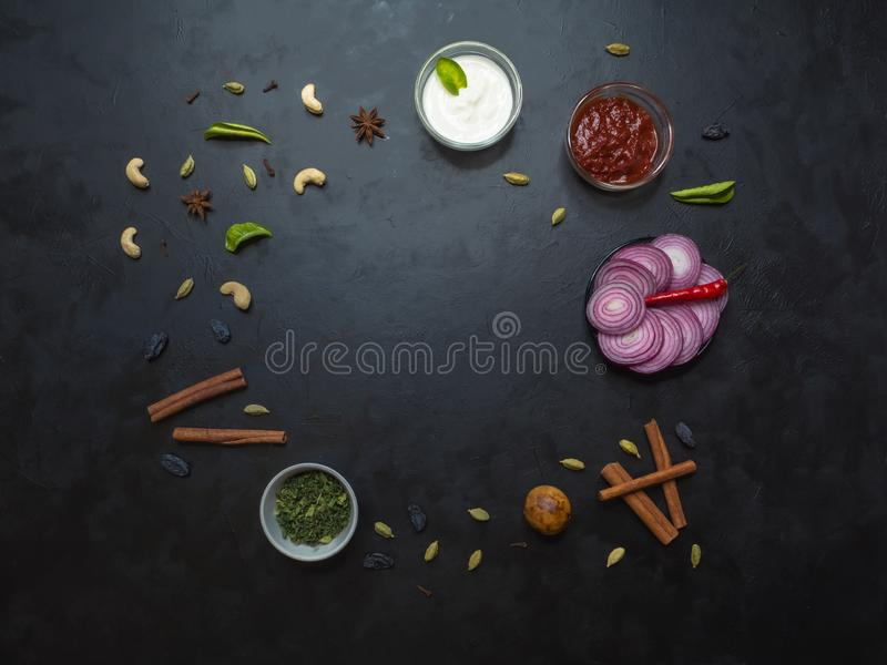 Kryddauppsättning för araben Kabsa på svart Top beskådar royaltyfri foto