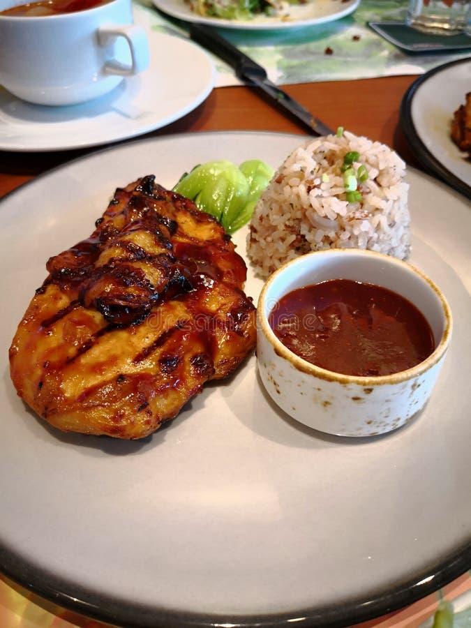 Kryddig BBQ-hönabiff & ris med sås royaltyfri bild