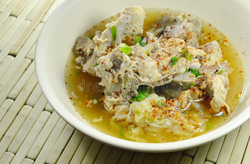 Kryddig kokt soppa för kajennpeppar för dressing för grisköttstöd på bunken royaltyfri foto