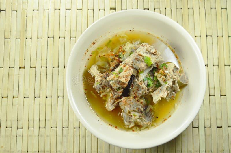 Kryddig kokt soppa för kajennpeppar för grisköttbendressing på bunken arkivfoto