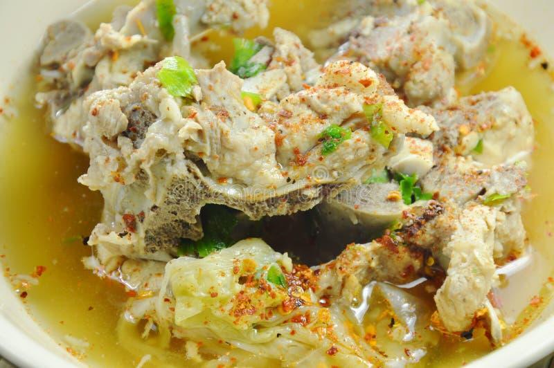 Kryddig kokt soppa för kajennpeppar för grisköttbendressing på bunken royaltyfria foton