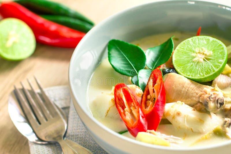Kryddig krämig kokosnötsoppa med höna, thailändsk mat kallade Tom Kh arkivbilder