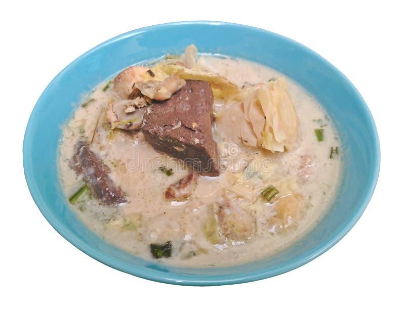 Kryddig krämig kokosnötsoppa med höna, thailändsk mat kallade Tom Kha Gai isolerad på vit backgroung royaltyfria foton