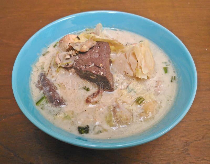 Kryddig krämig kokosnötsoppa med höna, thailändsk mat kallade Tom Kha Gai på trätabellen royaltyfria bilder
