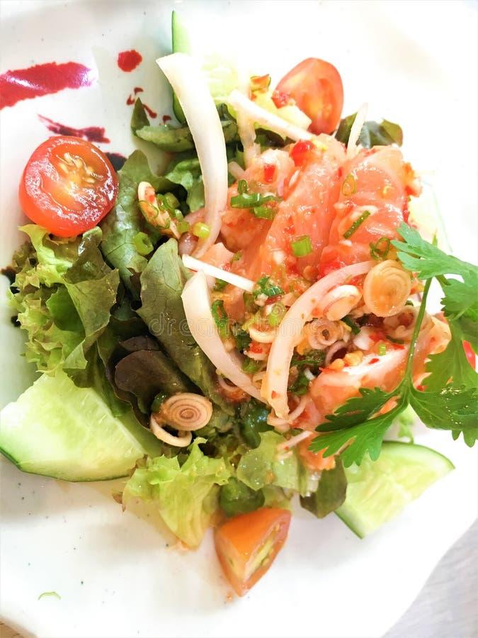 Kryddig laxsallad med den blandade grönsaken, thailändsk mat royaltyfria bilder