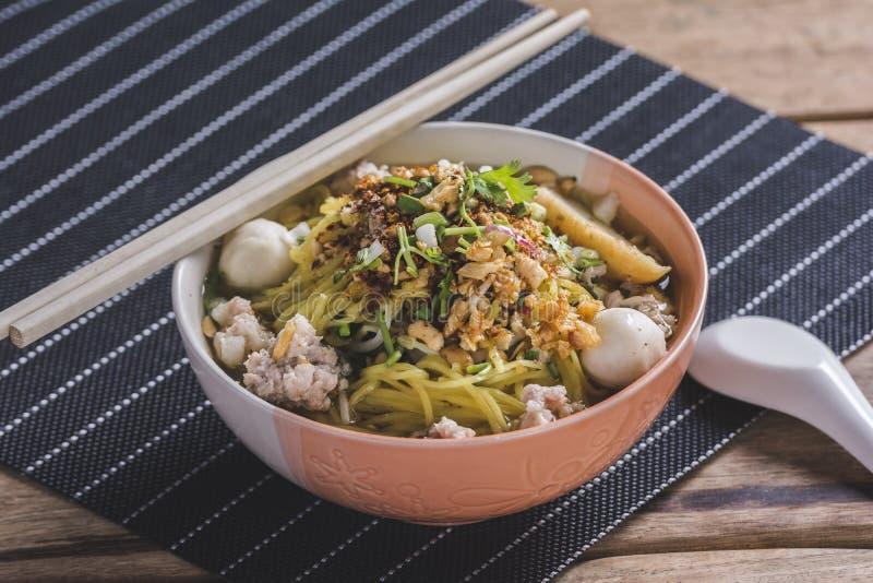 Kryddig lemongrass smaksatte plana nudlar med griskött royaltyfria foton