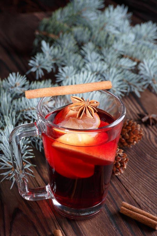 Kryddig närbild, rött vinterte på en tabellbakgrund Julsammansättning av te, kryddor och sörjer pinnar royaltyfria foton