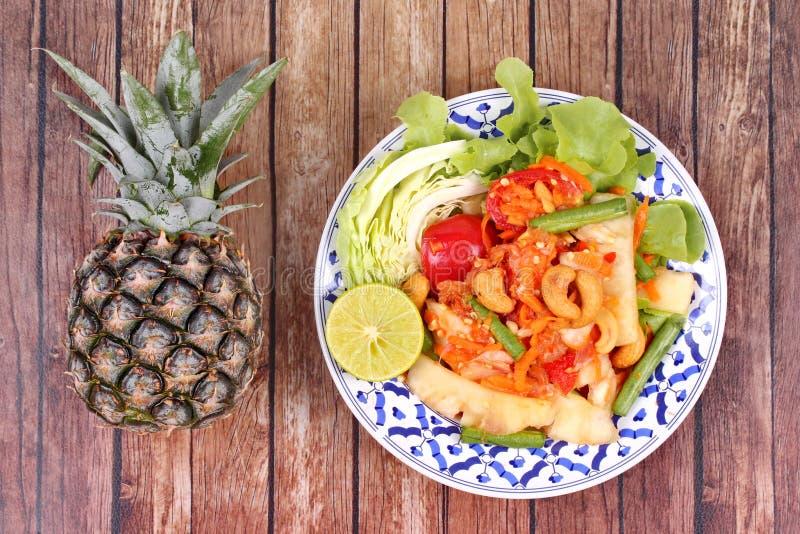 Kryddig och sur grönsaksallad med ananas royaltyfria foton