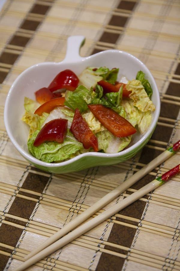 Kryddig Peking kål - Lenten kålsallad, paprika, chili - kinesisk kokkonst royaltyfri fotografi