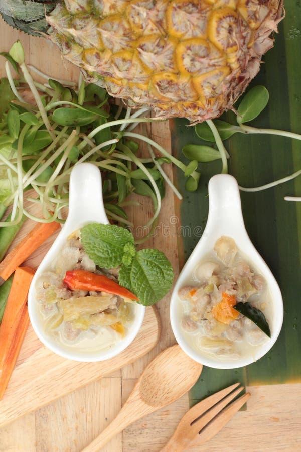 Kryddig sakta kokningananas med griskött och grönsaker fotografering för bildbyråer