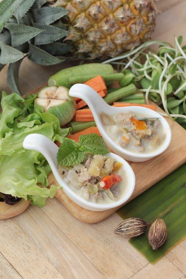 Kryddig sakta kokningananas med griskött och grönsaker royaltyfria bilder
