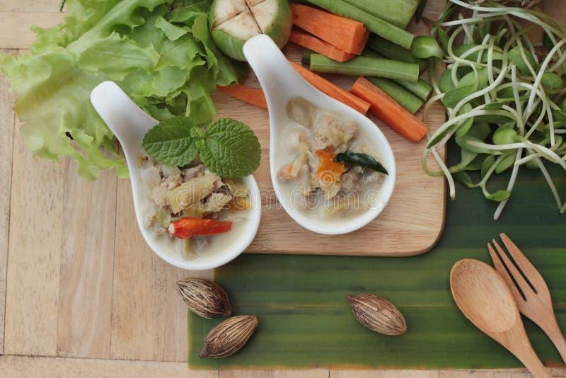 Kryddig sakta kokningananas med griskött och grönsaker arkivfoto
