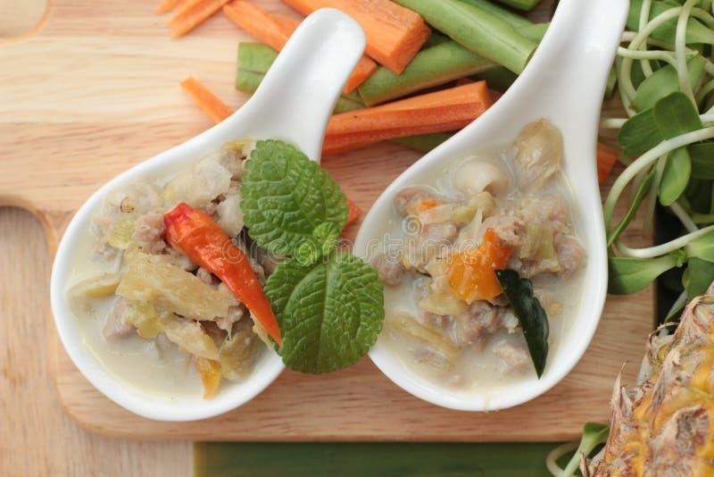 Kryddig sakta kokningananas med griskött och grönsaker arkivfoton