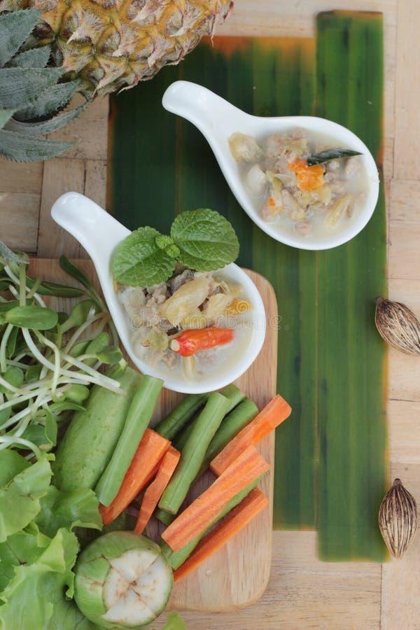 Kryddig sakta kokningananas med griskött och grönsaker royaltyfri fotografi