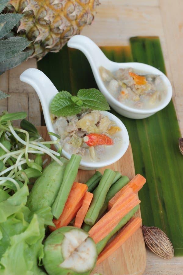 Kryddig sakta kokningananas med griskött och grönsaker royaltyfria foton