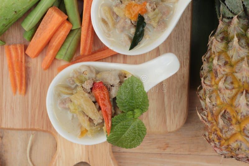 Kryddig sakta kokningananas med griskött och grönsaker arkivbilder