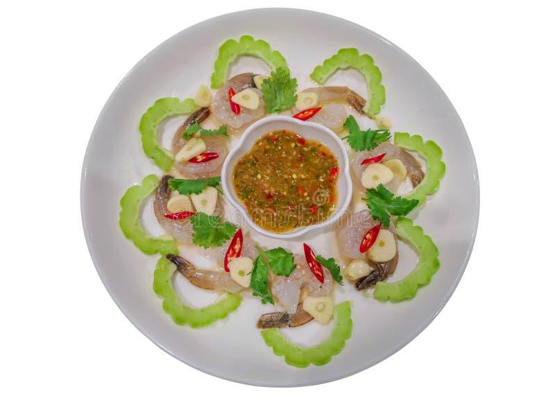 Kryddig sallad med rå räka i isolat för fisksås och vitlökpå vit bakgrund med urklippbanan Kung Chae Nampla fotografering för bildbyråer
