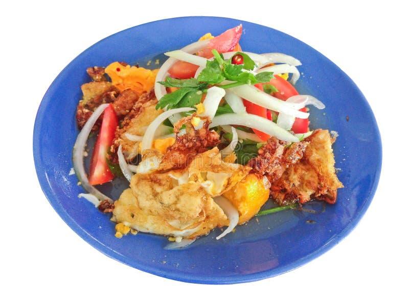 Kryddig sallad med stekte ägg, thailändsk kryddig mat, thailändsk kokkonst, sund thailändsk mat fotografering för bildbyråer