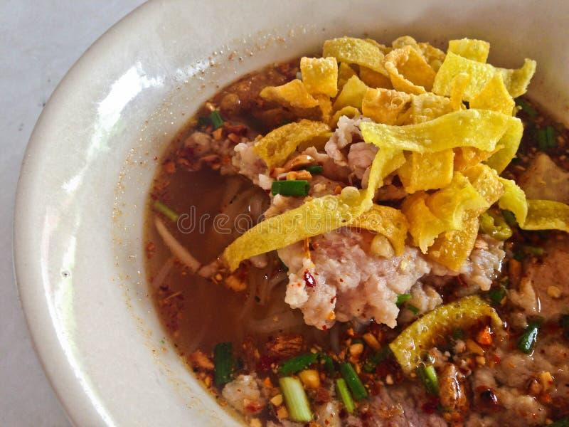 Kryddig soppa för TOM YAM grisköttnudel med lemongrass, kylig klistrad och limefruktfruktsaft arkivbild