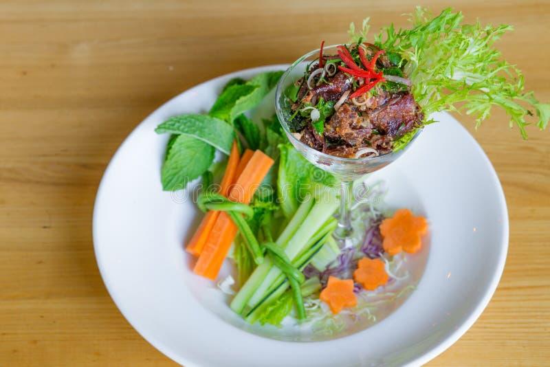 Kryddig thailändsk coctailnötköttsallad royaltyfria bilder