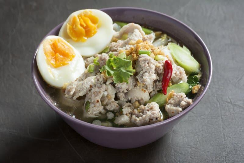 Kryddig Tom Yam Wide Rice nudelsoppa med grönsaker och kött arkivbilder