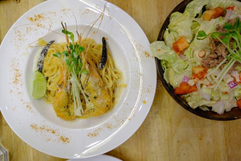 Kryddig tonfisksallad och spagetti med varm och sur räkasoppasau arkivfoto