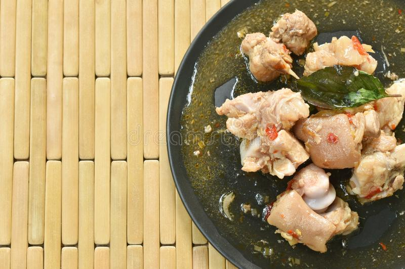Kryddig uppståndelse stekt grisköttben med basilika på plattan arkivfoton