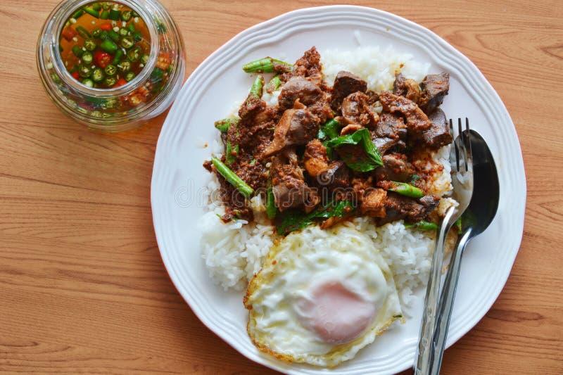 Kryddig uppståndelsestekt kycklinginälvor curry och ägg med fiskchilisås arkivbild