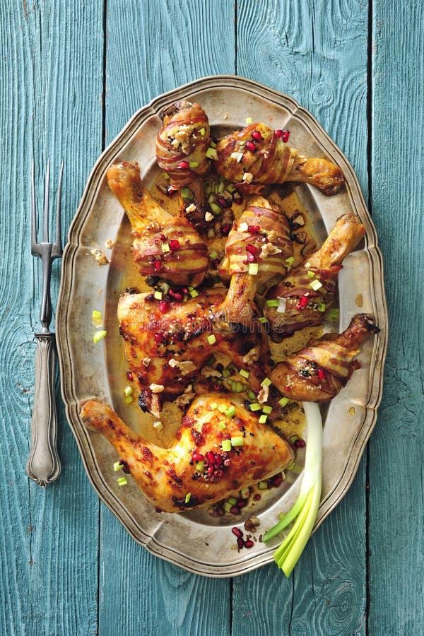 Kryddiga glasade och bacon slågna in fega ben bakade med lökar och chili royaltyfri foto