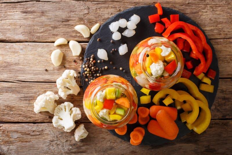 Kryddiga hemlagade inlagda Giardiniera med peppar, morötter och Cau royaltyfri foto