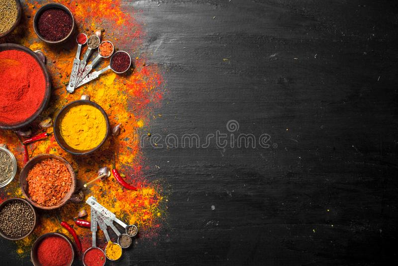 Kryddiga kryddor, i att mäta skedar arkivbild