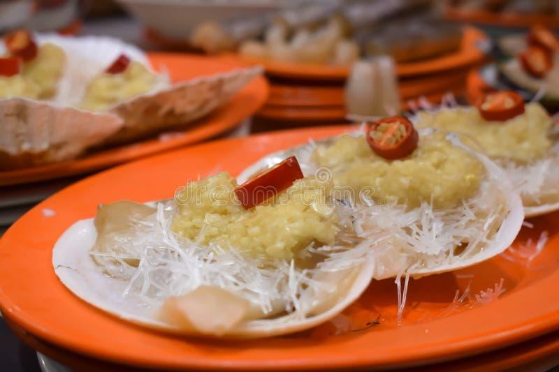 Kryddiga musslor med vitlök och chili arkivfoton