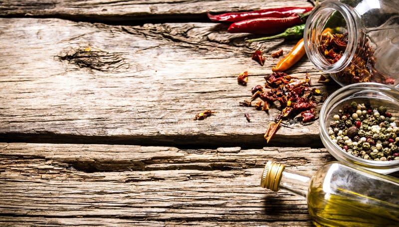 Kryddiga och aromatiska kryddor med olivolja royaltyfri bild