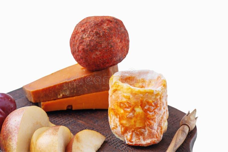 Kryddiga ostar för matvaruaffär av olika variationer Röd cheddar, Dor blått, pyramid, Stilton, Belper rund kulle på brunt keramis royaltyfria bilder