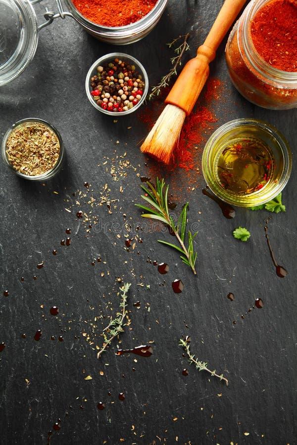 Kryddiga Rubs och marinader med borsten på tabellen royaltyfri bild