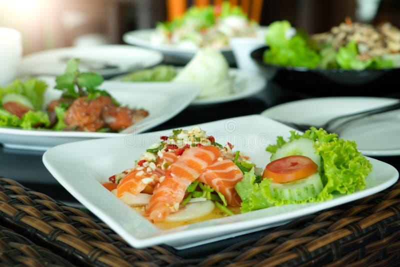 Kryddiga Salmon Salad med den ny chili och vitlök, thailändsk matstil Hemmet gjorde mat Begrepp för ett smakligt och sunt mål arkivfoto