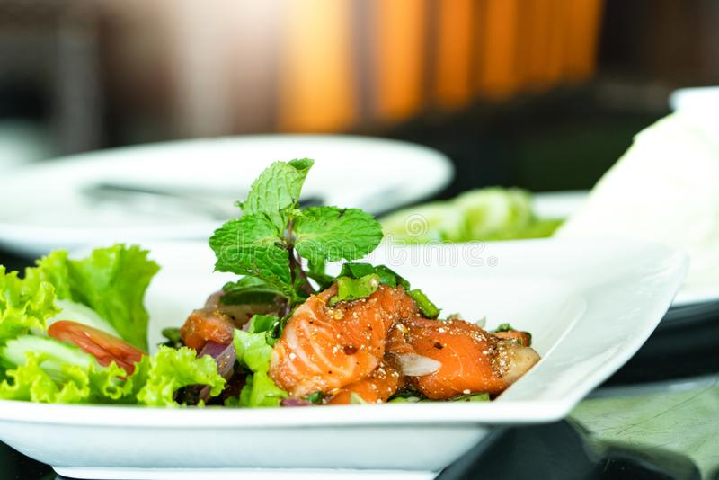 Kryddiga Salmon Salad med den nya mintkaramellen och basilika, thailändsk matstil Hemmet gjorde mat Begrepp för ett smakligt och  royaltyfria foton