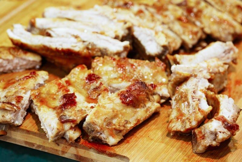 Kryddiga varma grillade extra- stöd från en sommarBBQ på en träskärbräda grillat nötkött arkivfoton