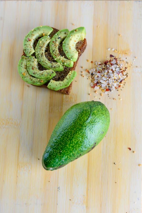 Kryddigt avokadorostat bröd - bästa sikt för sund frukost royaltyfria foton