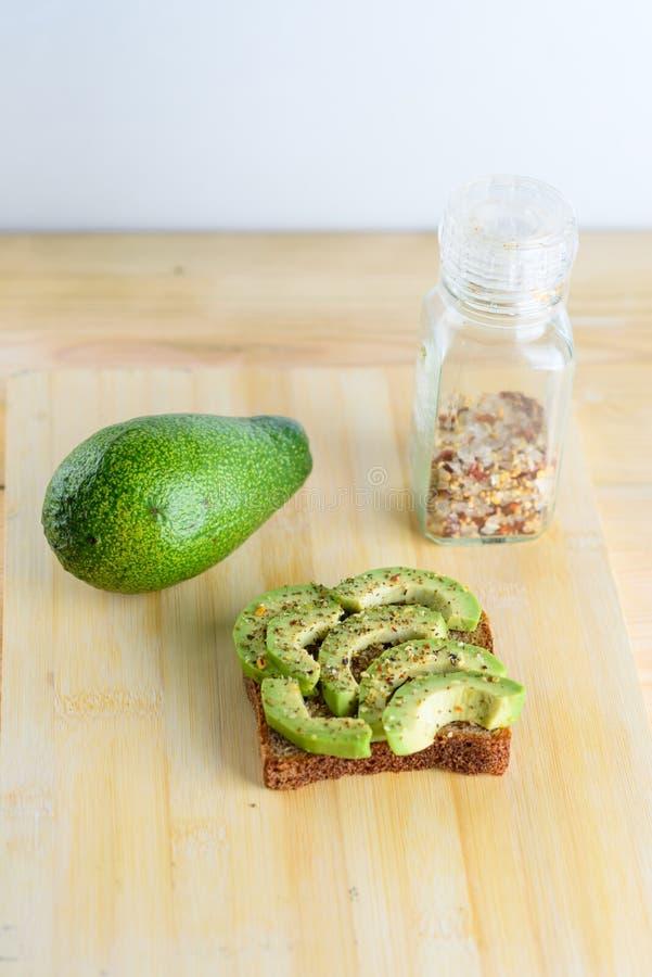 Kryddigt avokadorostat br?d - b?sta sikt f?r sund frukost royaltyfri fotografi