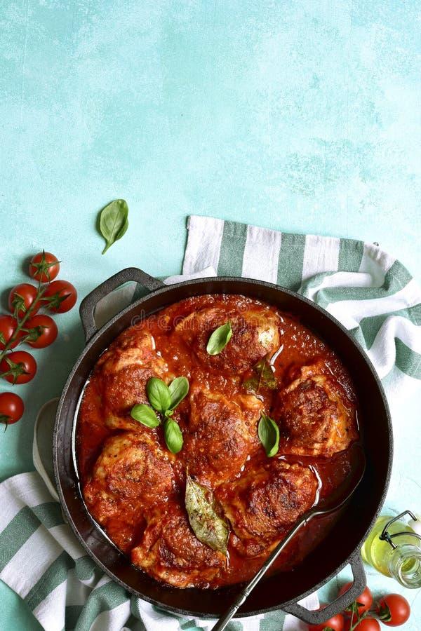 Kryddigt chiken ben i en tomatsås i en kastrull B?sta sikt med kopieringsutrymme royaltyfri bild