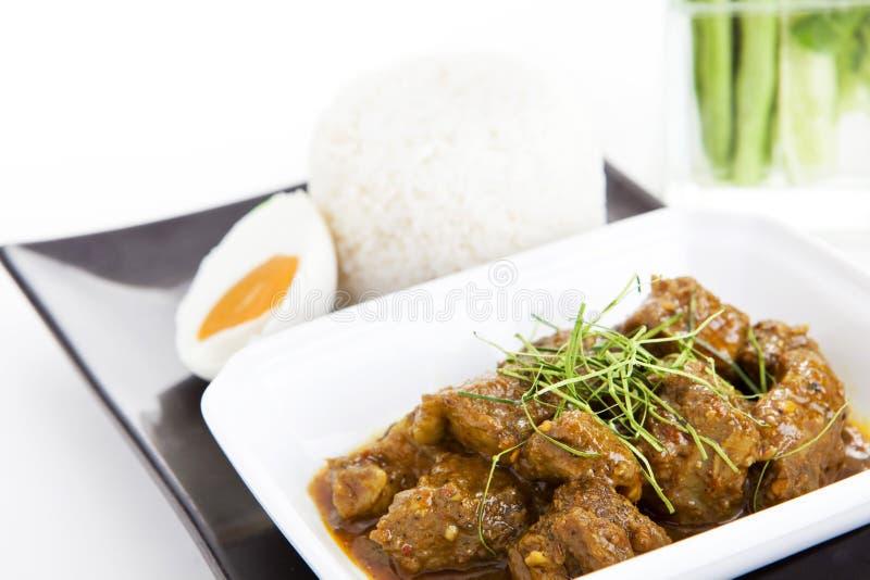 Kryddigt färsgriskött med chilideg med ris arkivbilder
