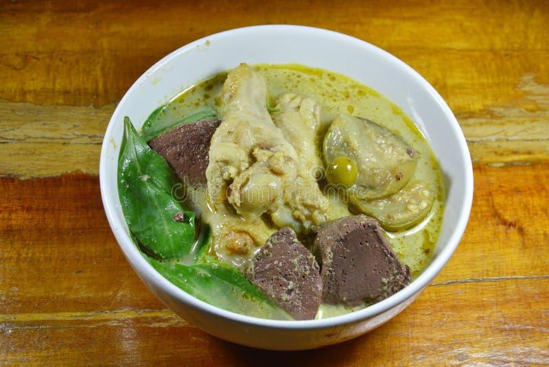 Kryddigt fegt ben i grön curry på bunken royaltyfria bilder