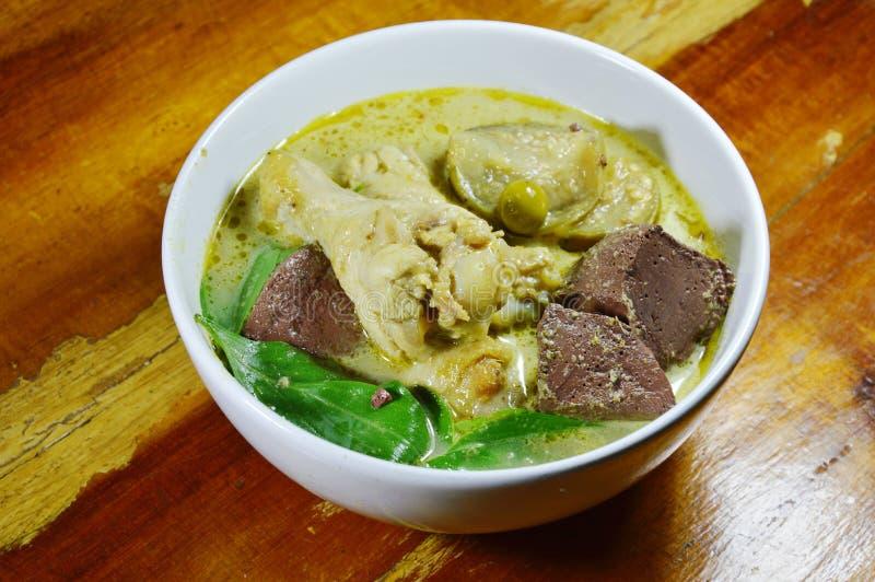 Kryddigt fegt ben i grön curry på bunken arkivbild