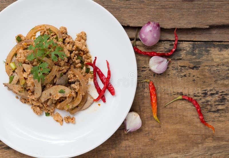 Kryddigt finhackat griskött i maträtt på trä royaltyfri bild